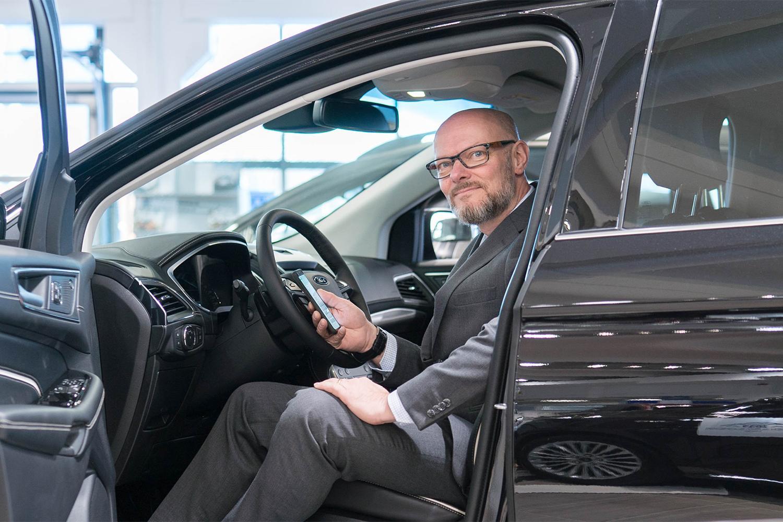 Line Carrier toteutti Autokeskukselle yhteydenpitoratkaisun. Kuvassa Autokeskuksen Tomi Valasvuo.